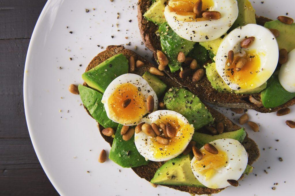 avocado e uova per una colazione proteica